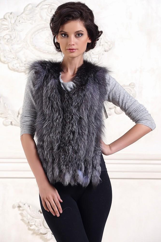 серый меховой жилет