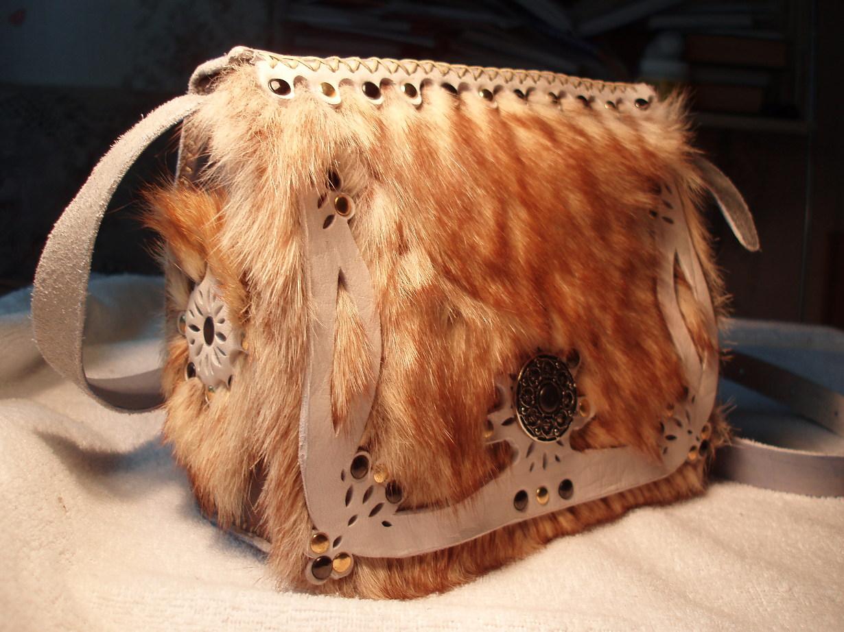 сумочку, отделанную цветным мехом